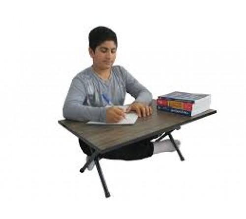 میز تحریر نشسته